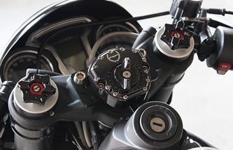 Scotts社製ステアリングダンパーをセット。フロントサスはS1000RR用のフルアジャスタブルを採用する。
