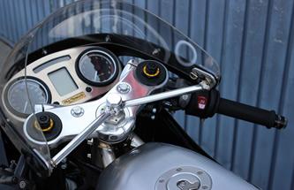 アルミの質感が際立つレーシーなコクピット周り。フロントフォークはフルアジャスタブルに換装される。