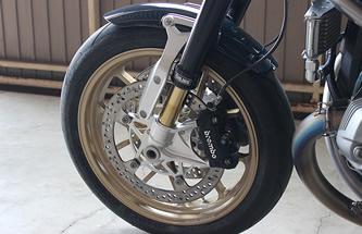 シートと同色の淡いゴールドのホイールはJB-POWER製マグタンホイールで足周りの軽量化とハンドリング性能を向上。