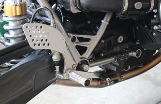 サーキットを走り込んで見えてきたサスペンションの調整に合わせ、フットコントロールも変更しバンク角を確保。
