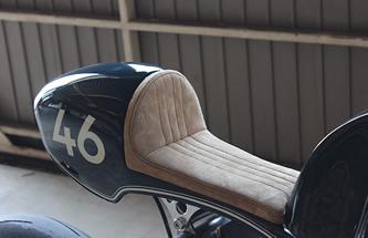 アルミ叩き出しのシートカウル。ライダーの荷重が最も掛かるシートレールはそのポジションに合わせ可変、変更可能。